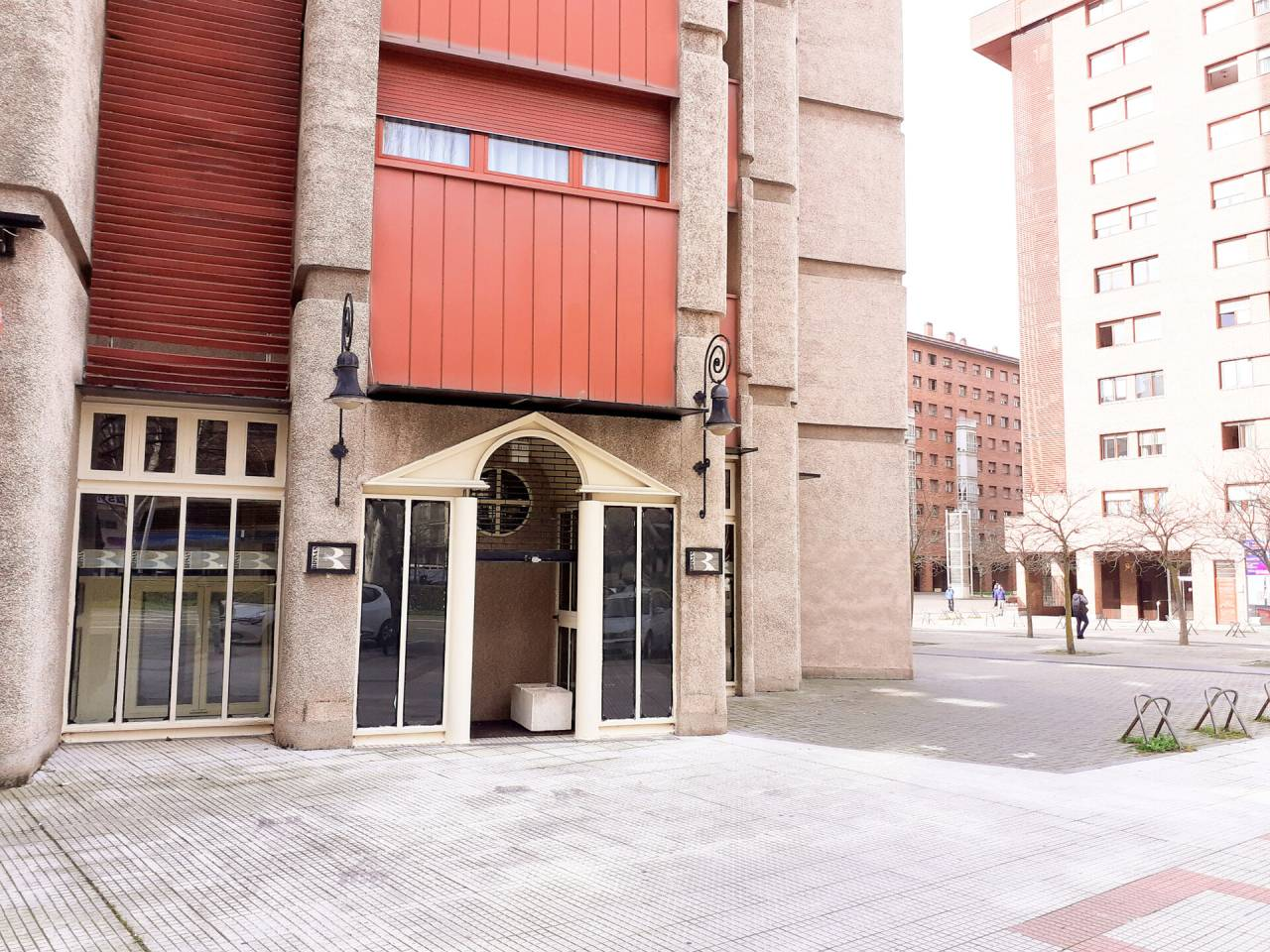 VENTA DE LOCAL EN ITURRAMA-AZPILAGAñA, PAMPLONA – IRUñA | REF. (004392)